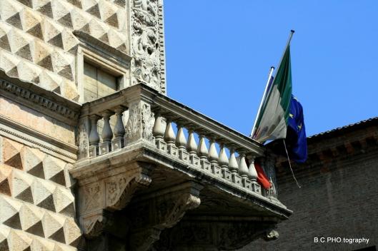 Palazzo dei Diamanti balcone e bandiere